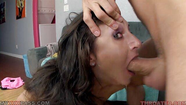 XXX regisztráció nélkül  Milf kiüríti a mellkasát, porno popsi majd egy fejdísz a fürdőszobában