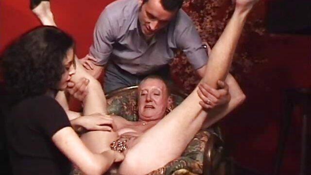 XXX regisztráció nélkül  Ázsiai férfiak megölelt egy tini japán sex nagy segg nő, majd megcsókolta a nappaliban