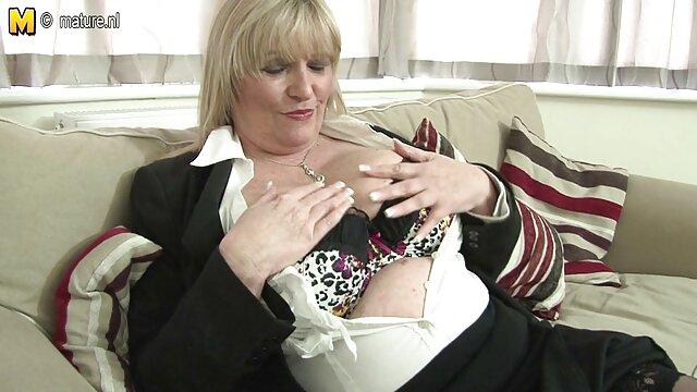 XXX regisztráció nélkül  Fekete nő meztelenül a rózsaszín gallér a nyak interjú, hatalmas segg ül a szürke kanapé
