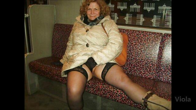 XXX regisztráció nélkül  A tinédzserek srác elcseszett egy érett nő a kanapén a házában nagy seggű pornó