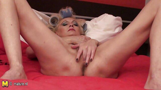 XXX regisztráció nélkül  Az a személy, aki eltörte a szőkét a kéz tetoválásával a bal kezén a hüvelyben, a szája alján, közvetlenül a nagy seggű nők tükör mellett