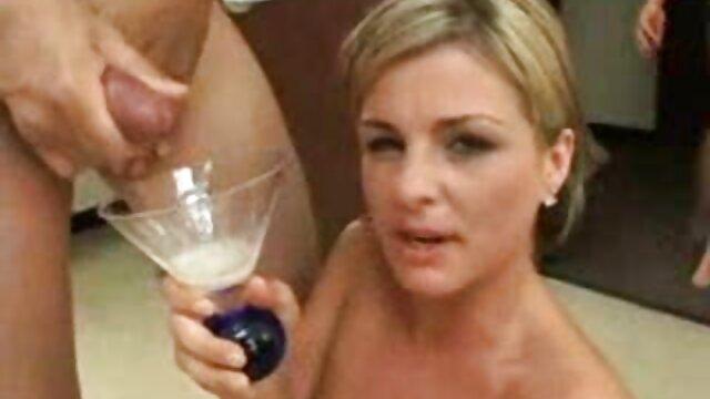 XXX regisztráció nélkül  Felesége lát egy fiatal férfi, sült barátja a konyhában, a konyhában nagy segg video