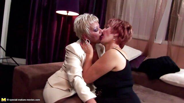 XXX regisztráció nélkül  Egy nő piros rúzs az ajkán dolgozó nagy seg szex szex