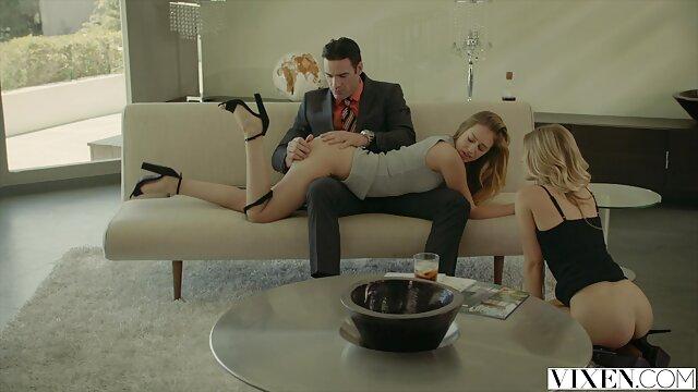 XXX regisztráció nélkül  Férfi nézi a nőt duci segg az ágyban