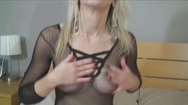 XXX regisztráció nélkül  Nő öltözött, nagy popsi szex mint a forgatás a száját az ember a hálószobában