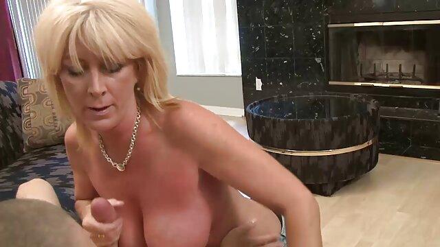 XXX regisztráció nélkül  Faker van nagy csöcs nagy segg egy anya egy kék kabát a konyhaasztalon