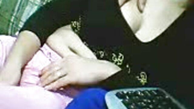 XXX regisztráció nélkül  Szépség Daenerys Targaryen képében, aki kisgyermek torkában nagysegg pornó ül