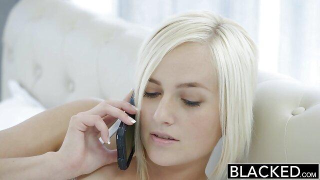 XXX regisztráció nélkül  Levetkőzik a nagy segg nagy élvezet fürdőszobában