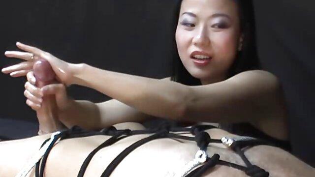 XXX regisztráció nélkül  Barátnő, aki egy hordót nyom a nagy segg nagy mell nyakába, teljes ajkakkal a labdán