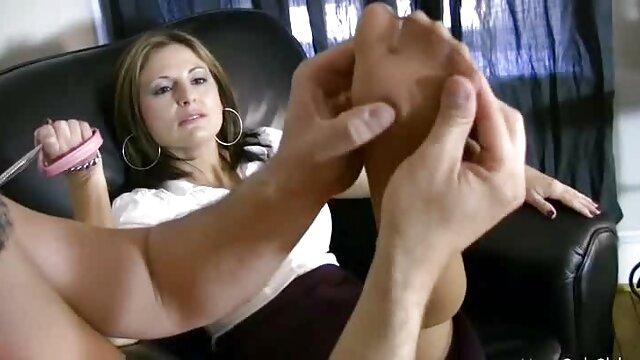 XXX regisztráció nélkül  Fiatal nő, kék nagy seggű téma panaszkodnak, amikor a pénisz beköltözik a hüvelyébe
