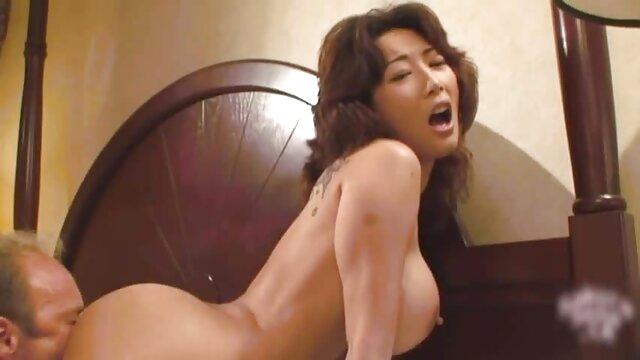 XXX regisztráció nélkül  Nő pózol nyíltan nagy mell nagy segg a kamera előtt