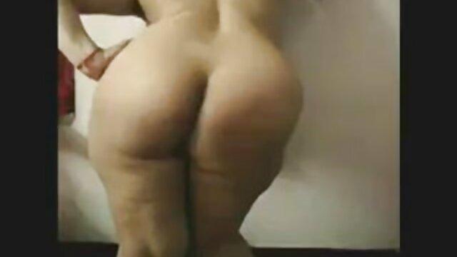 XXX regisztráció nélkül  Mulatto rövid haj ad seggét fehér nagy segek a nappaliban