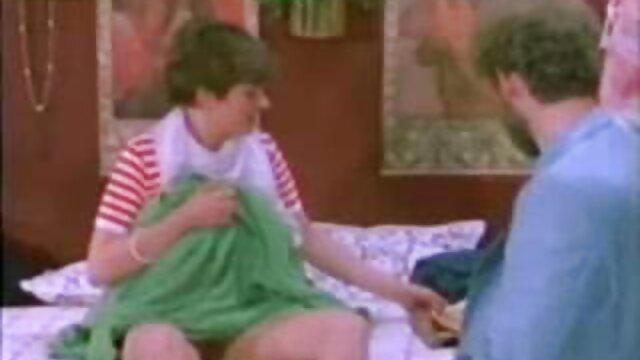 XXX regisztráció nélkül  Egy piros felsőben lévő lány, egy kék ruhában lévő nagyseggek lány kapcsolatban áll egy férfival